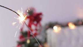 Fuego de Bengala en el fondo de un árbol de navidad
