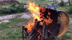 Fuego de la barbacoa almacen de video