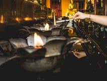 Fuego de la lámpara de aceite en templo Fotos de archivo