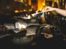 Fuego de la lámpara de aceite en templo Foto de archivo