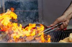Fuego de la parrilla de la barbacoa imágenes de archivo libres de regalías