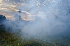 fuego de la quemadura del granjero para hacer humo imagenes de archivo