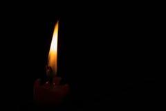 Fuego de la vela en la noche Fotos de archivo libres de regalías