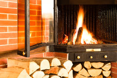 Fuego de madera caliente que quema en un parte movible de la chimenea Imagen de archivo libre de regalías