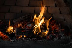 Fuego de madera del carbón de leña que quema en un horno, preparándose para cocer fotos de archivo libres de regalías