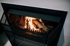 Fuego de madera en la chimenea imágenes de archivo libres de regalías