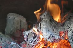 Fuego de madera en una estufa de madera imagen de archivo