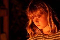 Fuego de observación del campo de la chica joven seria Fotos de archivo