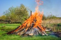 Fuego de Pascua en un prado en tiempo de primavera Fotos de archivo libres de regalías