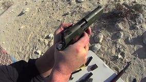 Fuego de PRUEBA auto del arma de la mano 1 SLO MES almacen de metraje de vídeo