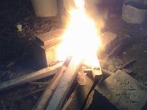 Fuego de un hombre de las cavernas Fotos de archivo libres de regalías