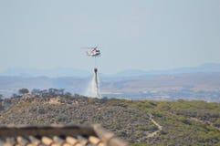 Fuego del arbusto del helicóptero que lucha Fotografía de archivo libre de regalías