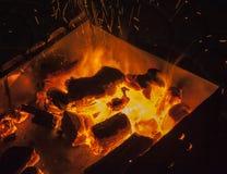 Fuego del Bbq con las chispas Imagen de archivo libre de regalías