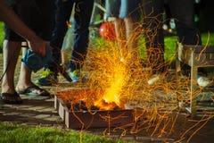 Fuego del Bbq con las chispas Foto de archivo libre de regalías