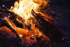 Fuego del campo en la noche en el bosque fotos de archivo libres de regalías