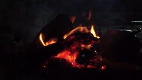 Fuego del campo del ron del lecho de un río seco en la cámara lenta 1 almacen de metraje de vídeo