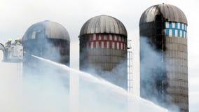 Fuego del silo de la batalla de los bomberos almacen de video