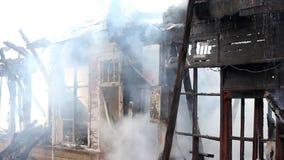 fuego en casa de madera almacen de metraje de vídeo