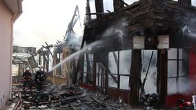 fuego en casa de madera metrajes
