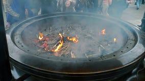 Fuego en cenicero budista Fotos de archivo libres de regalías