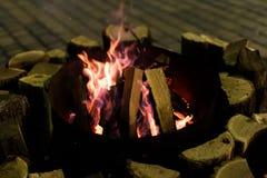 Fuego en chimenea y danza de las llamas Imagen de archivo