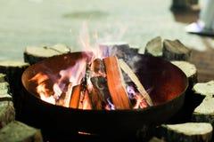 Fuego en chimenea y danza de las llamas Foto de archivo