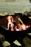 Fuego en chimenea y danza de las llamas Fotos de archivo libres de regalías