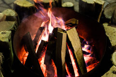 Fuego en chimenea y danza de las llamas Fotos de archivo