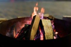 Fuego en chimenea y danza de las llamas Imagenes de archivo