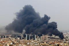 Fuego en el centro de la ciudad de Nápoles, Italia Imágenes de archivo libres de regalías