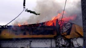 Fuego en el edificio El tejado del edificio en el fuego almacen de video