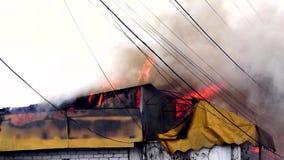 Fuego en el edificio El tejado del edificio en el fuego almacen de metraje de vídeo