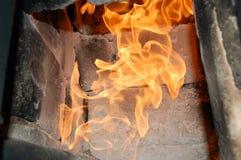Fuego en el horno chimenea Dentro de la estufa fotos de archivo libres de regalías