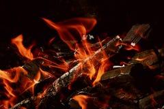 Fuego en el primer de la chimenea, leña ardiente Fotografía de archivo libre de regalías