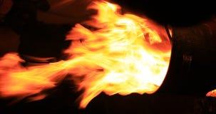 Fuego en el tiro vertical de la noche almacen de video