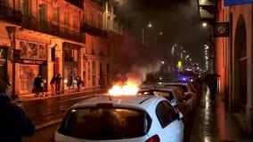 Fuego en la calle en ciudad durante contra impuestos del aumento sobre la gasolina y el gobierno presentado diesel de Francia