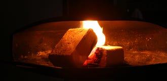 Fuego en la chimenea Fotos de archivo libres de regalías