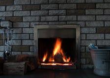 Fuego en la chimenea imágenes de archivo libres de regalías