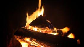 Fuego en la chimenea almacen de video