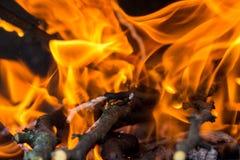Fuego en la chimenea que quema los palillos de madera fotos de archivo libres de regalías