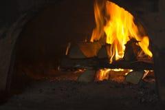 Fuego en la estufa rusa foto de archivo
