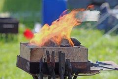 Fuego en la fragua al aire libre fotos de archivo libres de regalías