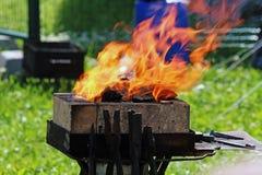 Fuego en la fragua al aire libre fotografía de archivo libre de regalías