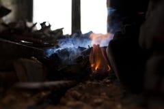 Fuego en la fragua del ` s del herrero imágenes de archivo libres de regalías