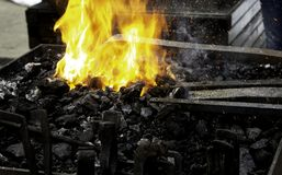 Fuego en la fragua imagenes de archivo