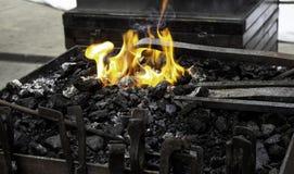 Fuego en la fragua foto de archivo