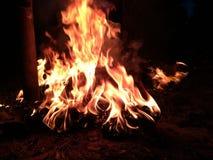 Fuego en la noche fotos de archivo libres de regalías
