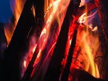 Fuego en la oscuridad foto de archivo