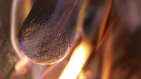 Fuego en la parrilla almacen de video