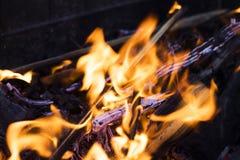 Fuego en la parrilla carbones en la parrilla imágenes de archivo libres de regalías